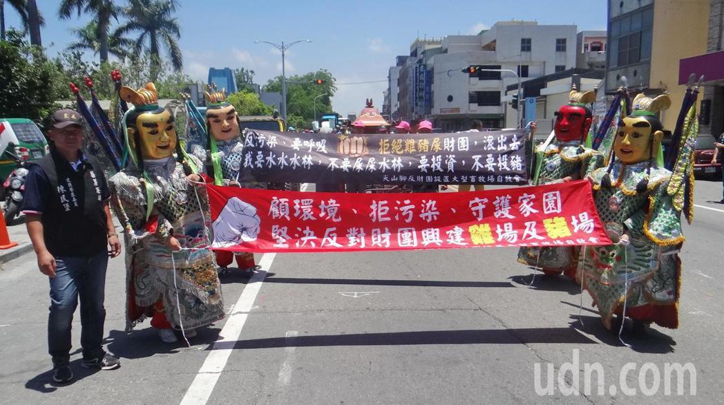 電音三太子也上街拉抗議布條,維護村落環境,格外引人注目。記者蔡維斌/攝影