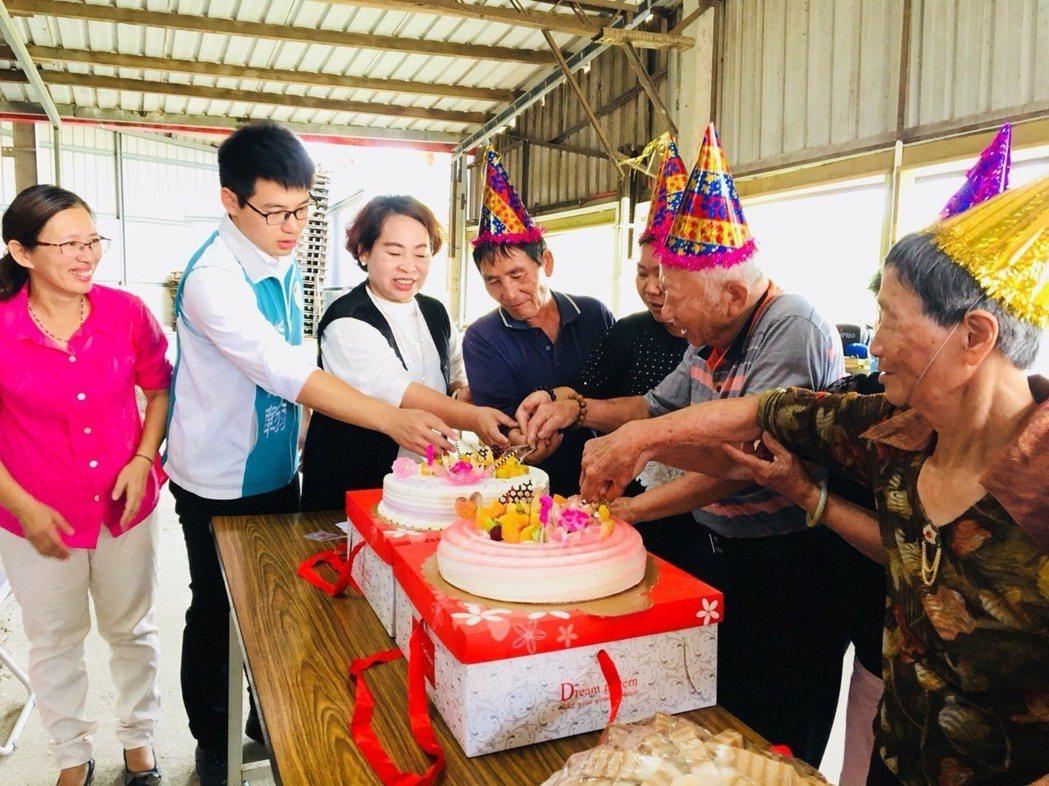 台南市後壁區頂長關懷據點成立周年,切蛋糕慶祝。圖/頂長社區提供