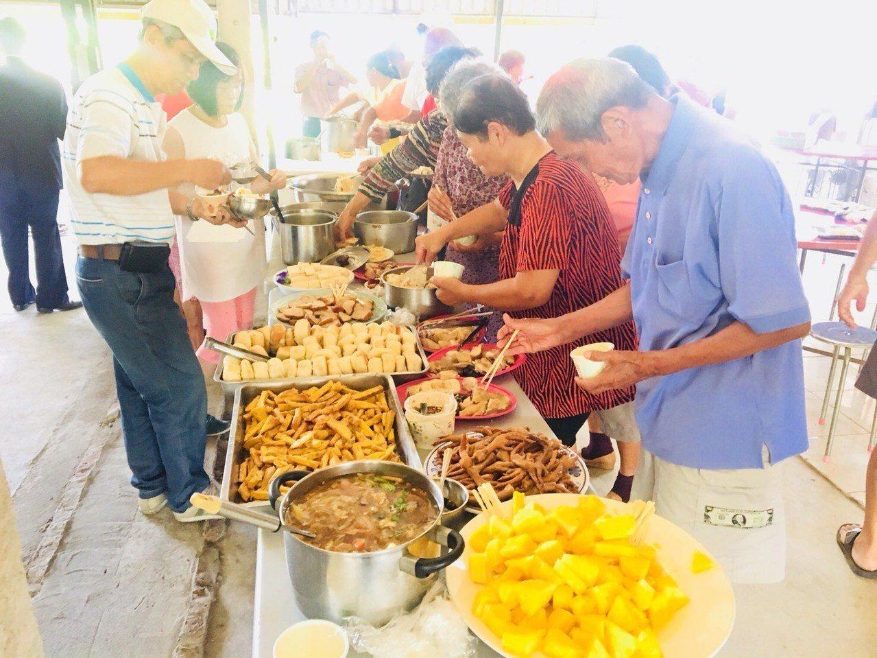 台南市後壁區頂長關懷據點成立周年,一家一菜獻上健康長久祝福。圖/頂長社區提供