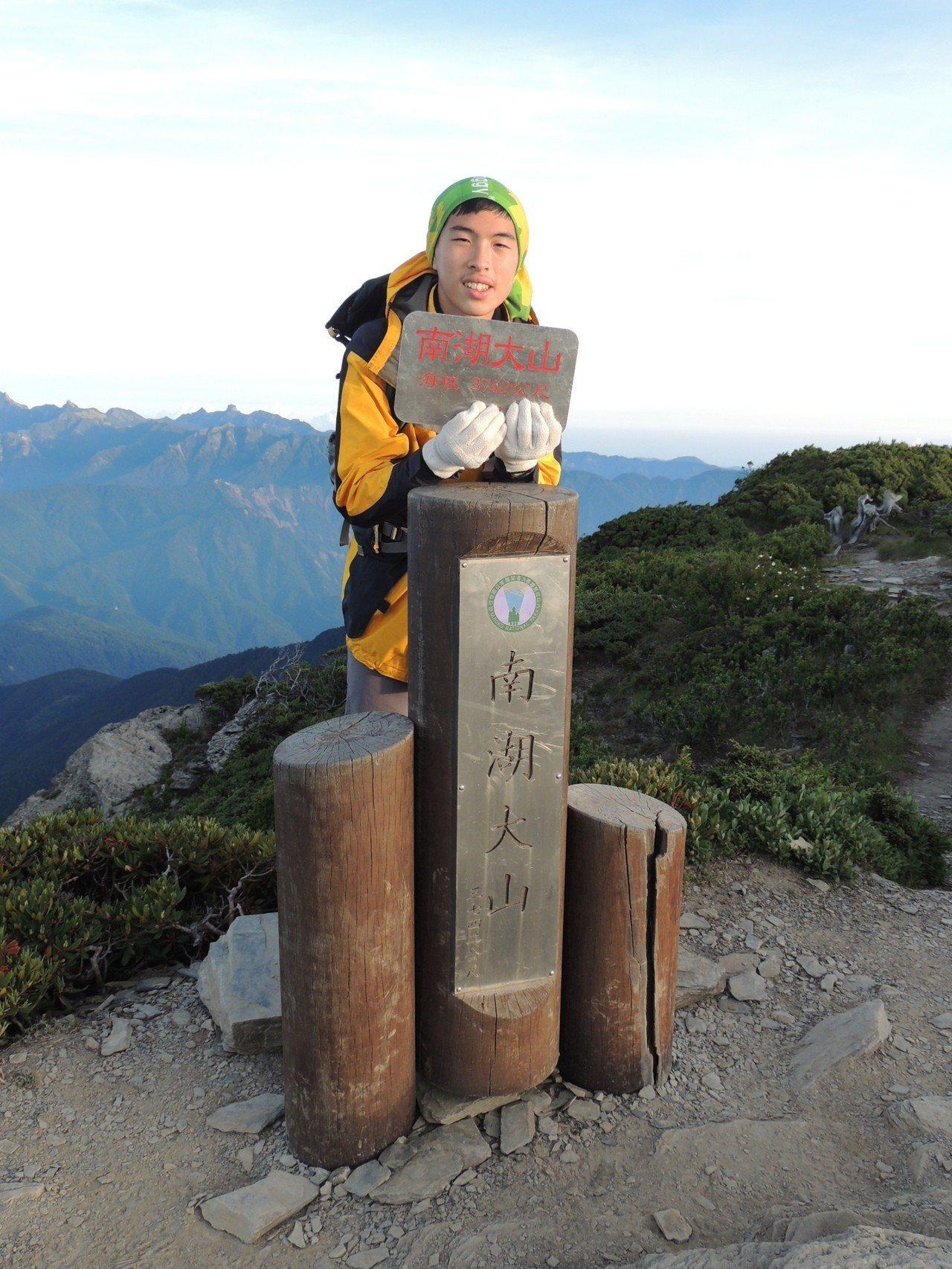 延平中學胡景棠錄取台大醫學系,胡景棠閒暇時喜歡與家人登百岳。圖/延平中學提供