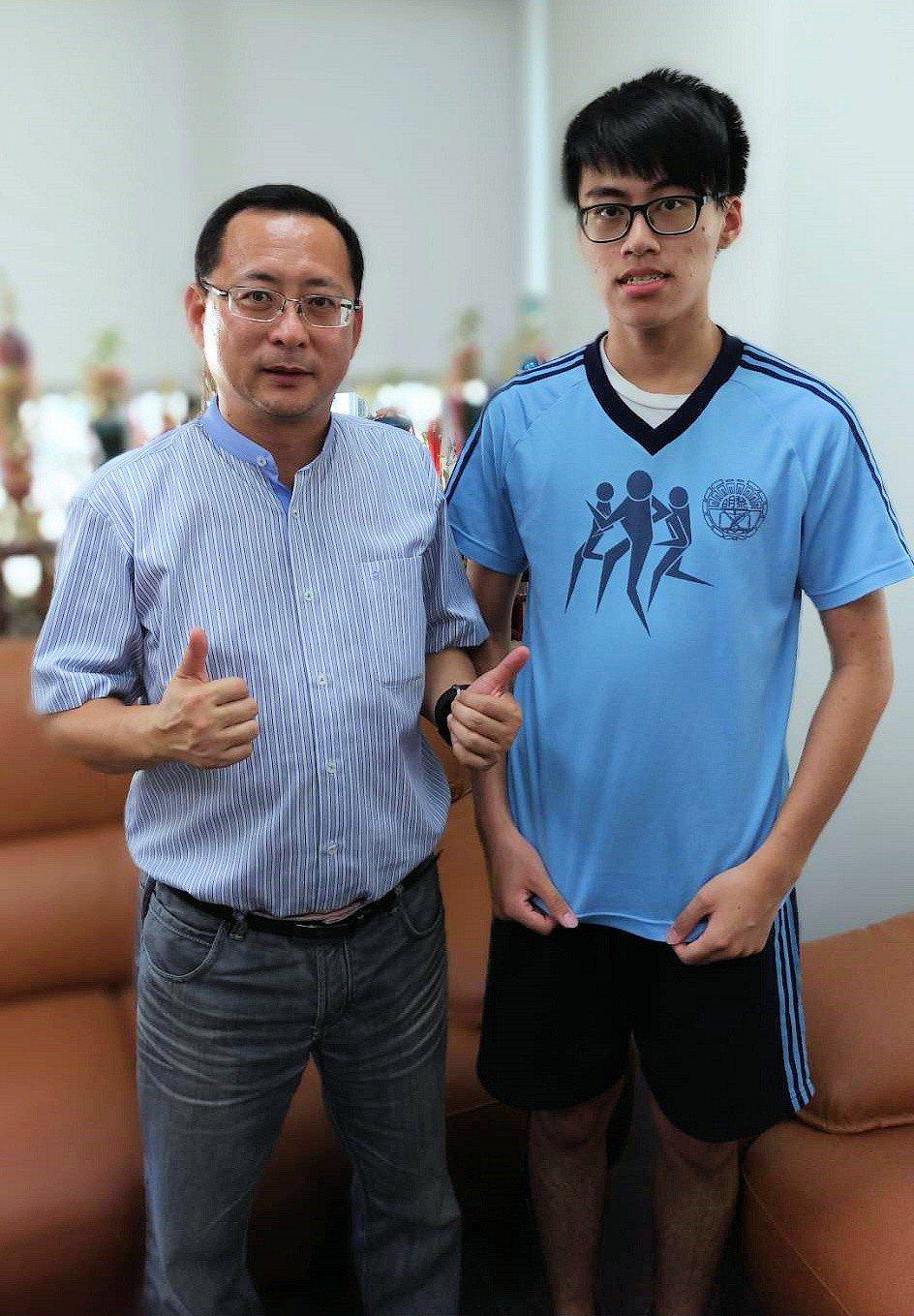 照顧癌父苦讀上交大電機,姜林建宇錄取交通大學電機資訊甲組。圖/學校提供
