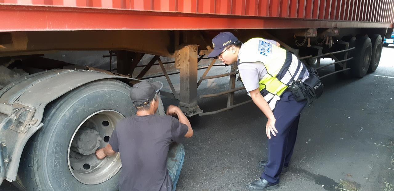 貨櫃車輪胎正在洩氣。記者賴郁薇/攝影