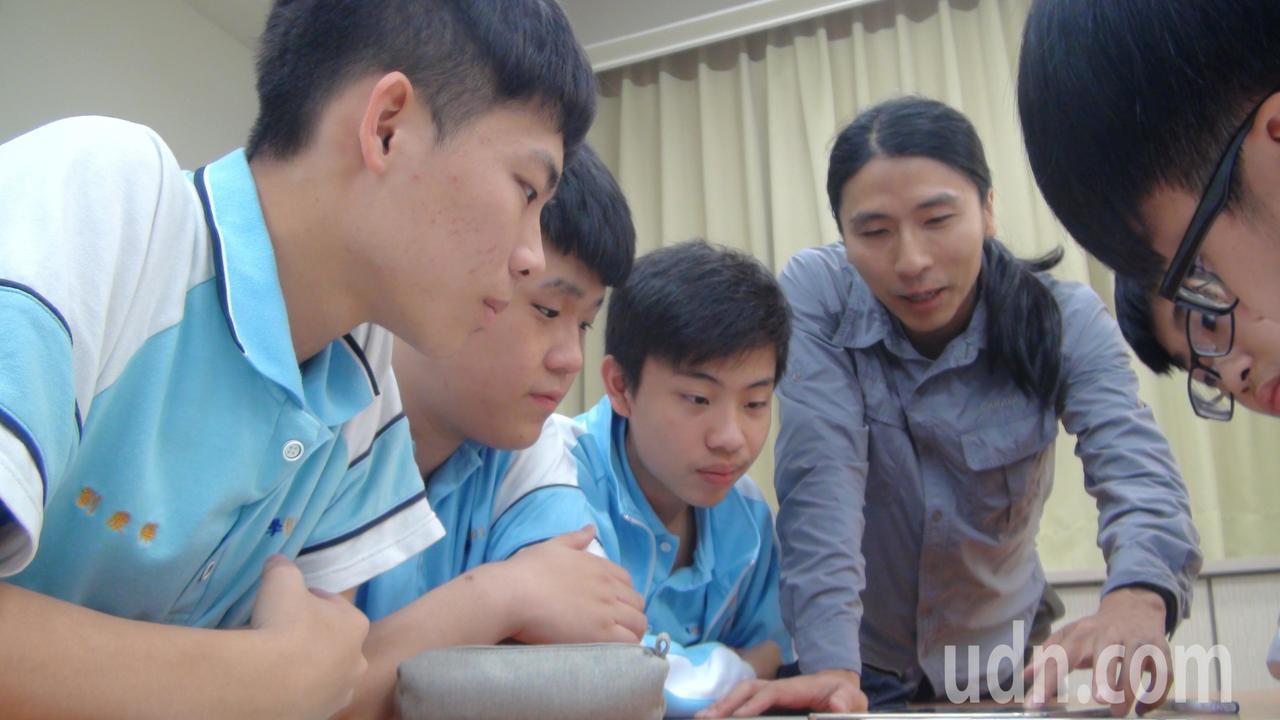 生物老師張鈞傑(左二)透過平板,與學生互動教學。記者郭宣彣/攝影
