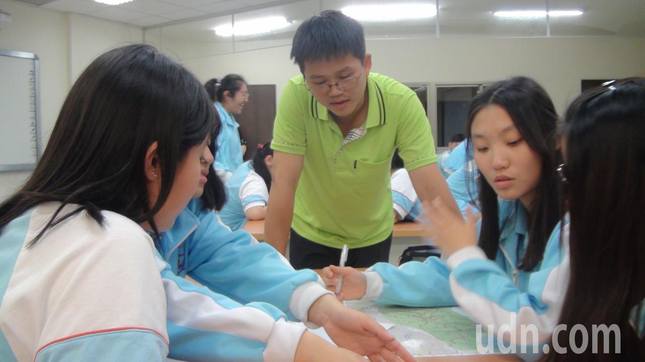 新竹市光復中學地理老師洪敏勝(右三)講解課程。記者郭宣彣/攝影