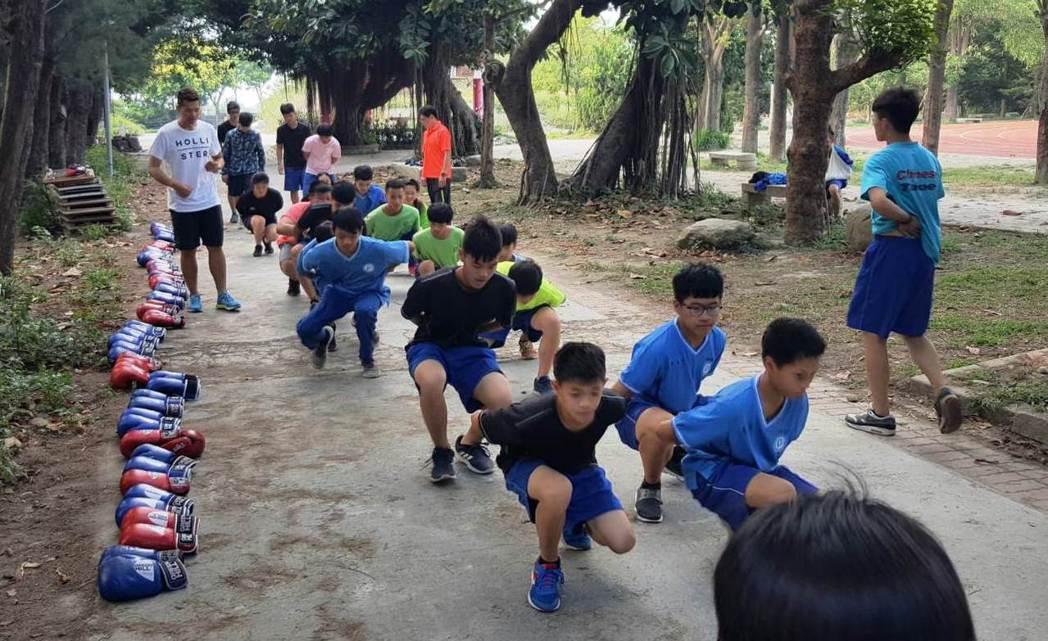 二林高中因為沒有拳擊館,拳擊隊只能克難在戶外練習。圖/二林高中提供