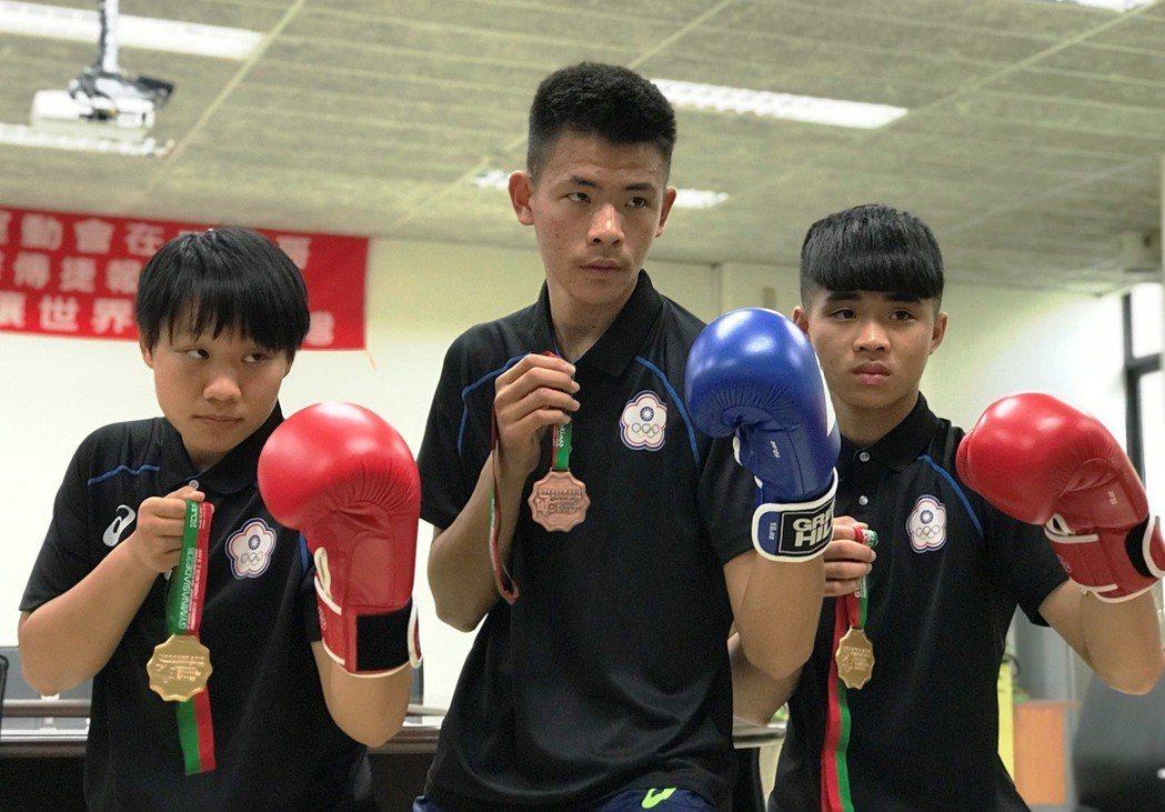 二林高中拳擊隊這次代表國家參賽,蔡瑞智(右起)、張駿斌、洪諭玫帶回2金1銅,為國...