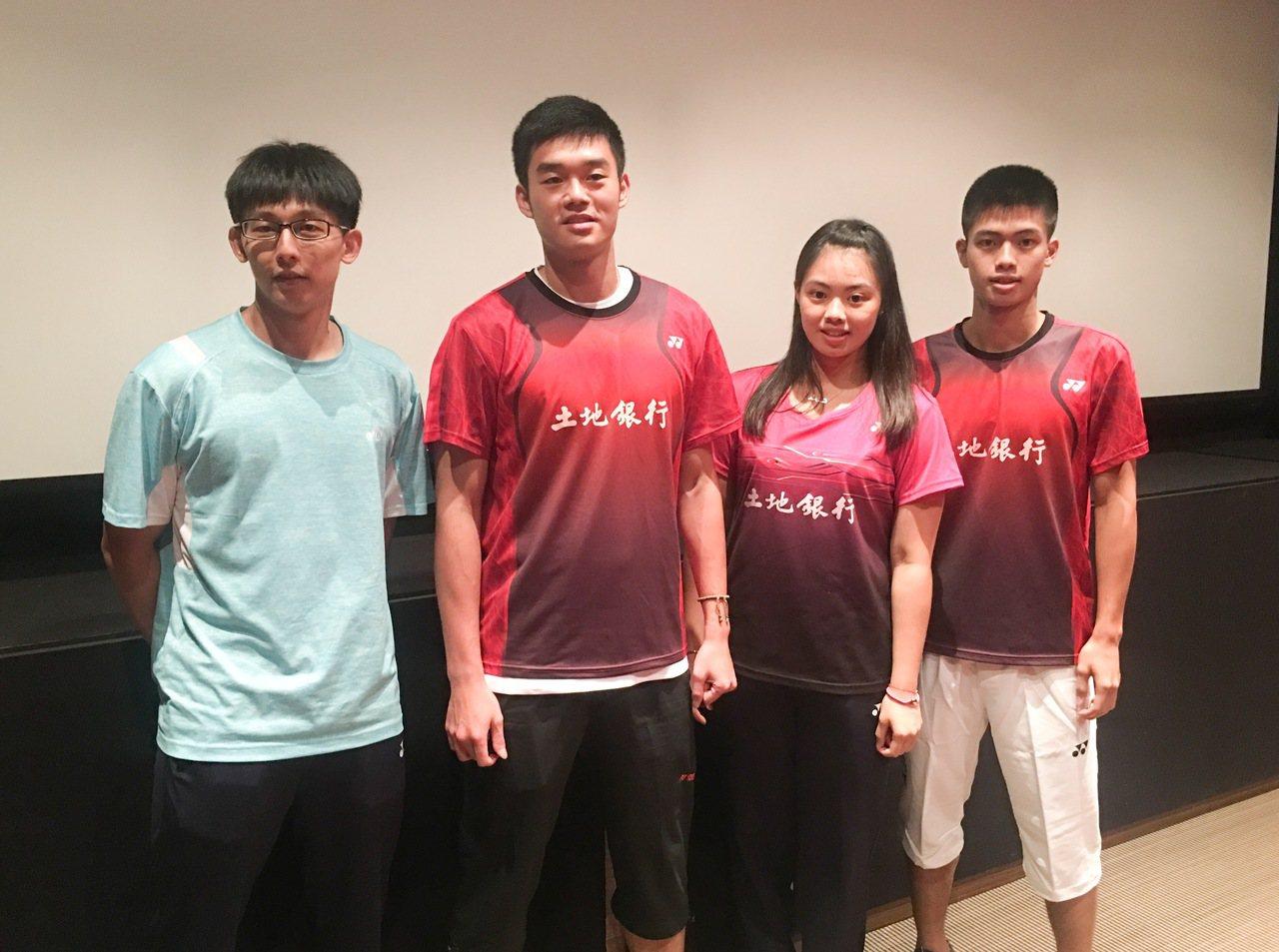 陳宏麟(左起)、王齊麟、李佳馨和李佳豪受邀搶先看李宗偉的自傳電影。 記者曾思儒...