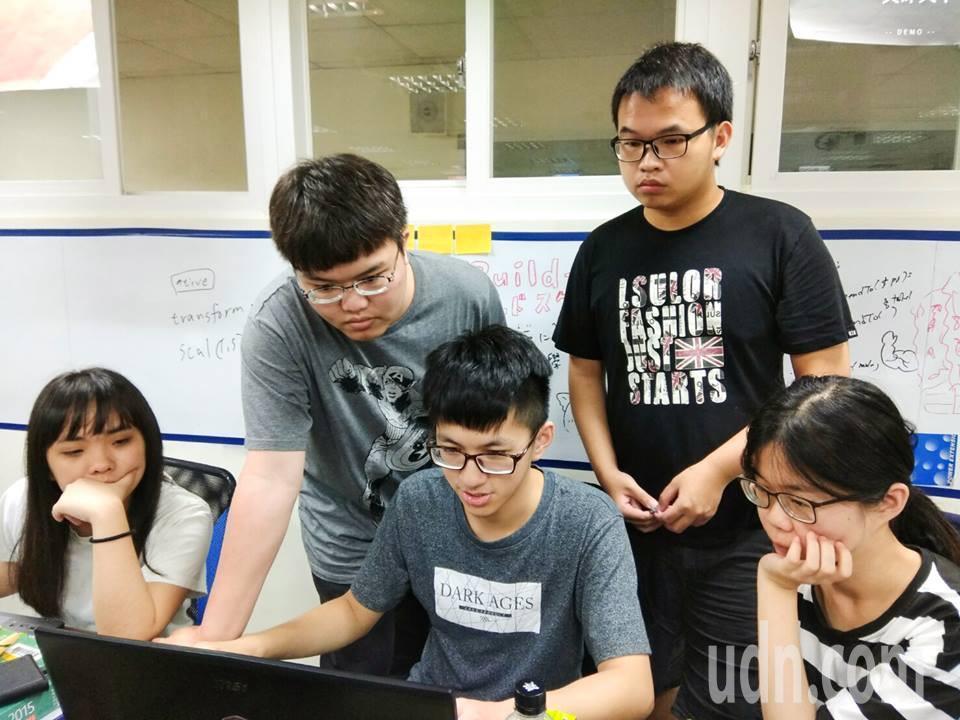 中華大學聘業界資訊主管到校授課,學生不限科系皆可免費參加市價近15萬元的程式軟體...