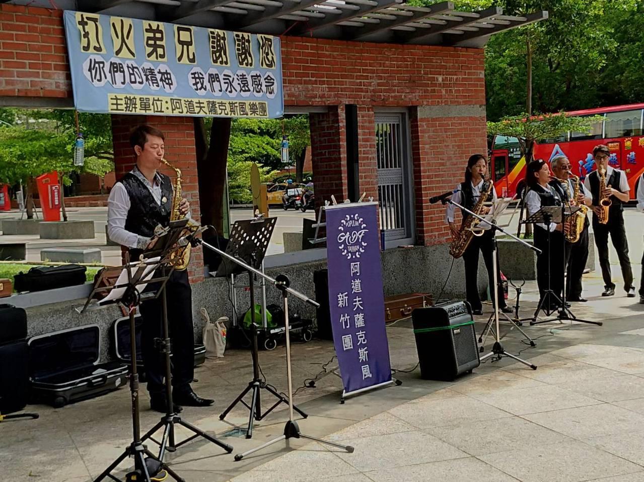 民間發起在竹北市文化中心對面公園吹薩克斯風,悼念去世的消防員 圖林志榮/提供