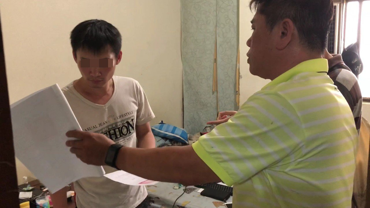 鳳山警方前天赴基隆逮捕徐姓男子(左)。記者林伯驊/翻攝