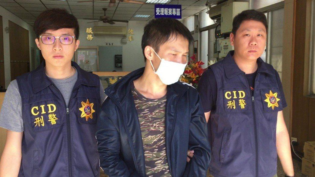 徐姓男子(中)涉向被詐騙的老翁拿取150萬元。記者林伯驊/翻攝
