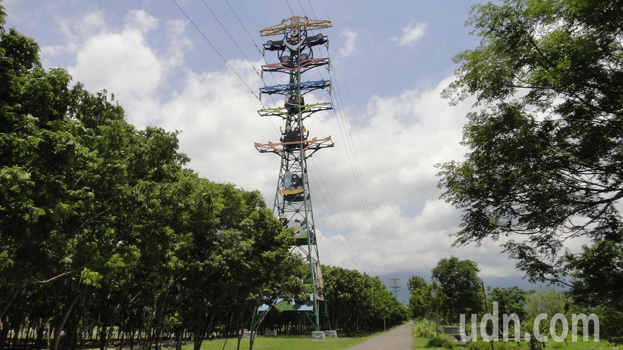 屏東潮州林後四林平地森林公園遊客中心前方有兩座台電高壓電塔,扮演輸送民生及工業用...