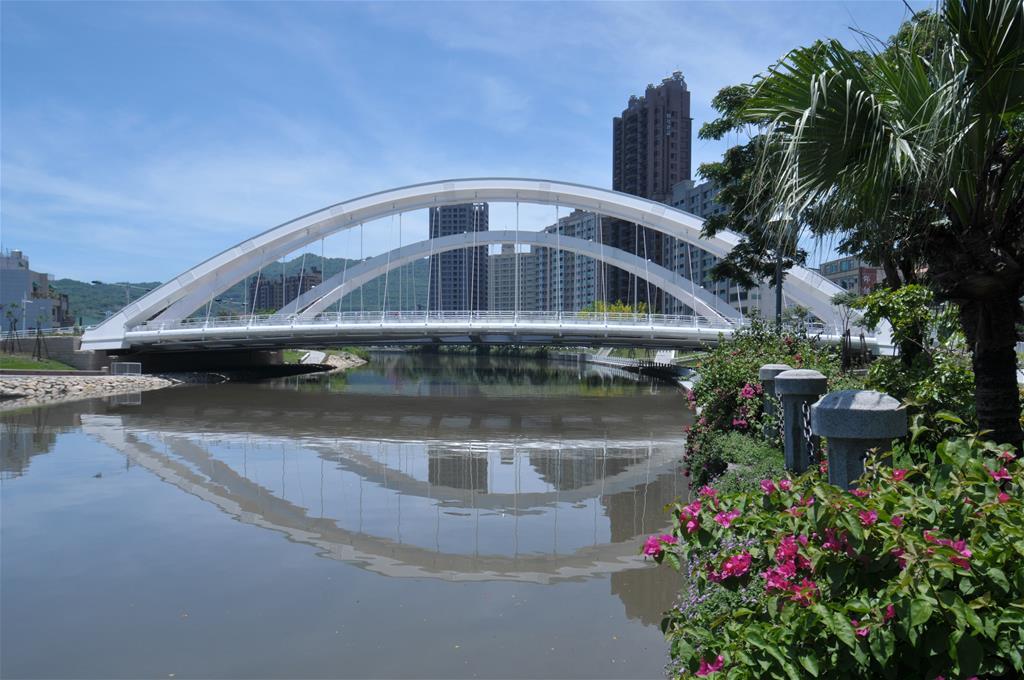 第二代代表是「願景橋」,2012年4月完工,雙圓拱造型,透過鋼板彎折,凸顯橋體流...