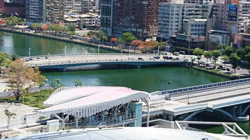 第一代代表「高雄橋」(上方)銜接五福路,大部分民眾都稱為五福橋,1983年10月...