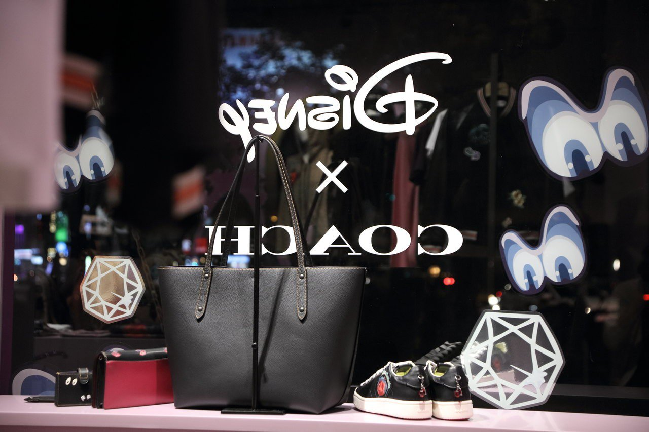 Disney X COACH A Dark Fairy Tale系列在華山開設快...
