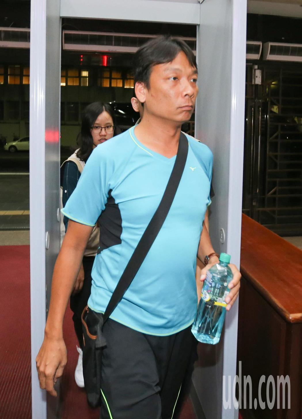顏姓台南永康偵查隊警員移送至北檢複訊。記者陳柏亨/攝影