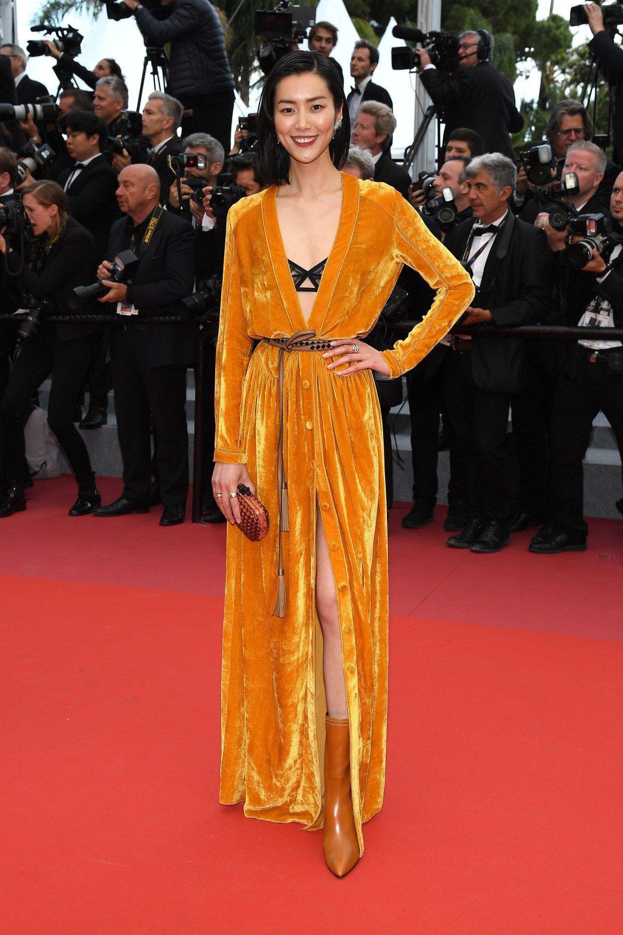 超模劉雯以Bottega Veneta 2018秋冬女裝系列的絲絨洋裝配黑色蕾絲...
