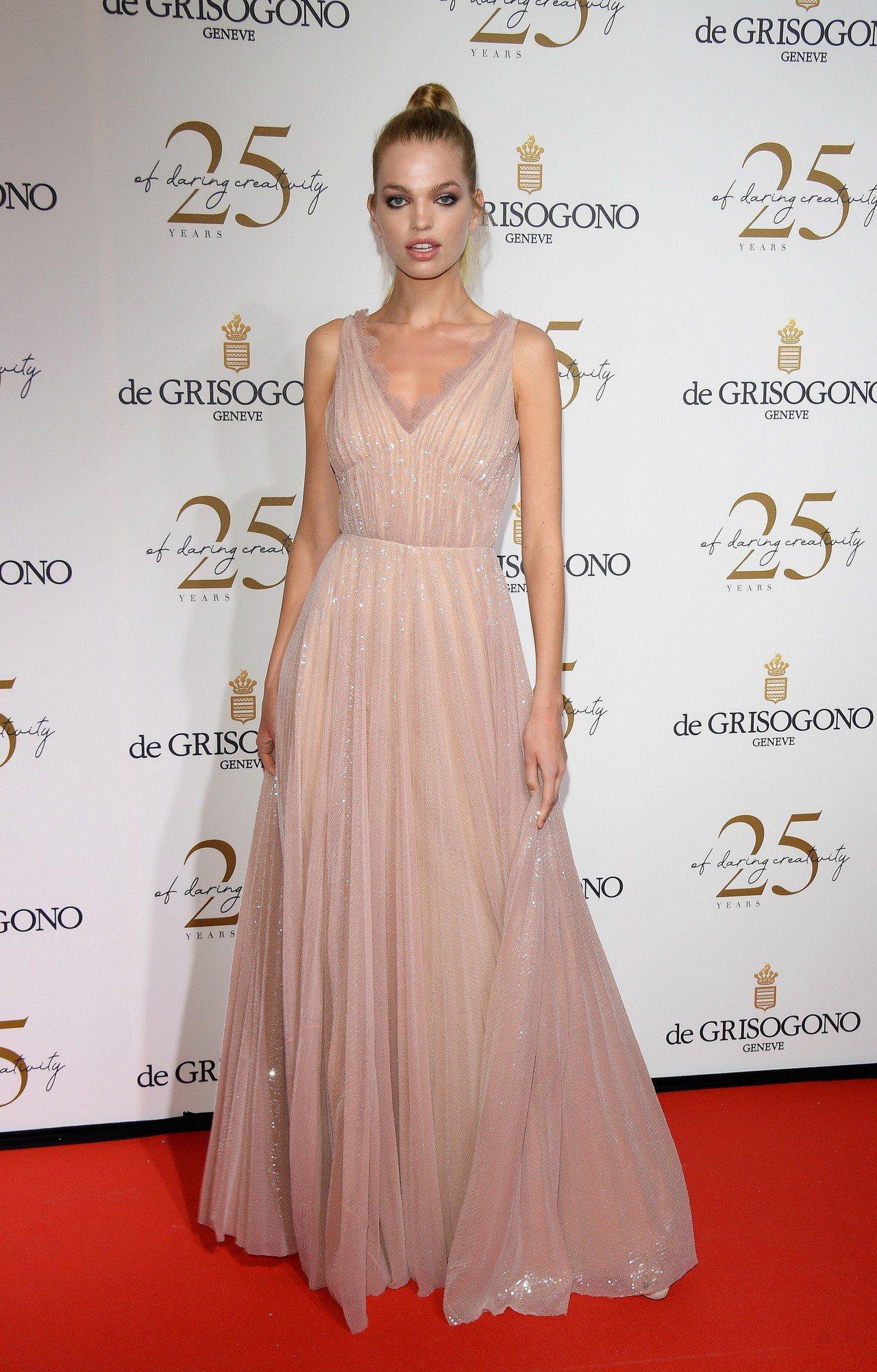 超模達芬妮葛洛妮維爾德出席De Grisogono於坎城舉辦的派對,選穿Prad...