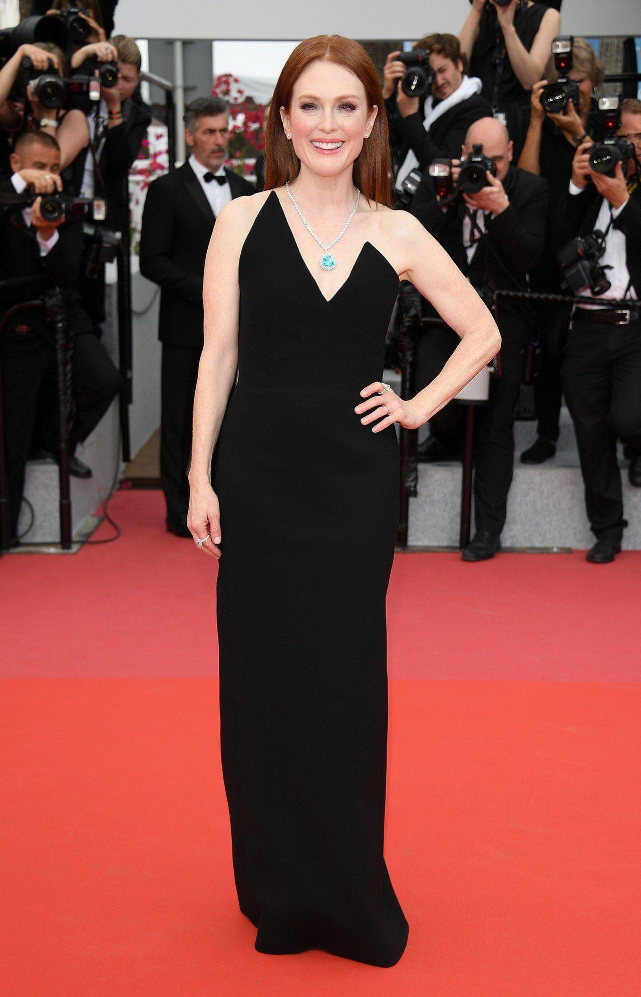 茱莉安摩爾穿上Saint Laurent秋冬黑色禮服出席《審判日Yomeddin...