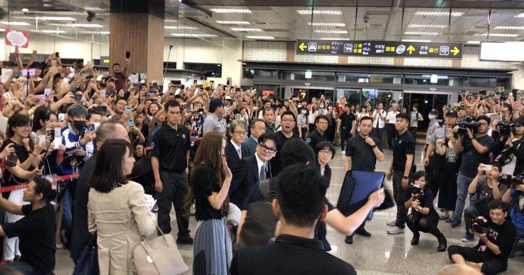 安室奈美惠抵台,大批粉絲和媒體在松山機場迎接。記者梅衍儂/攝影