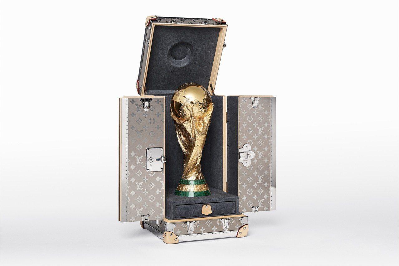 國際足協世界盃獎盃旅行箱。圖/LV提供