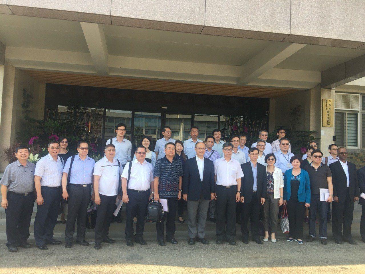 行政院政委鄧振中邀請印尼、印度、馬來西亞、泰國、越南、菲律賓等六國駐台代表前往台...