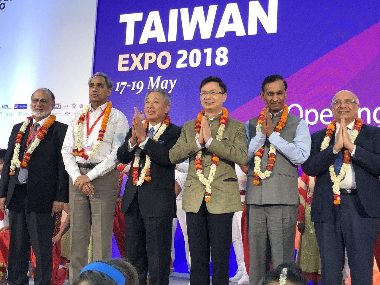 台印雙方共同出席印度台灣形象展揭幕,包括貿協董事長黃志芳(左四),駐印度代表處田...
