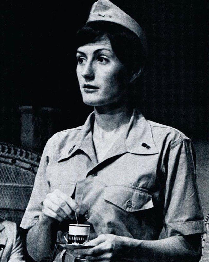 安海瑟薇的母親凱特麥考利海瑟薇也是位女演員,這是演出歌舞劇「南太平洋」的造型。圖