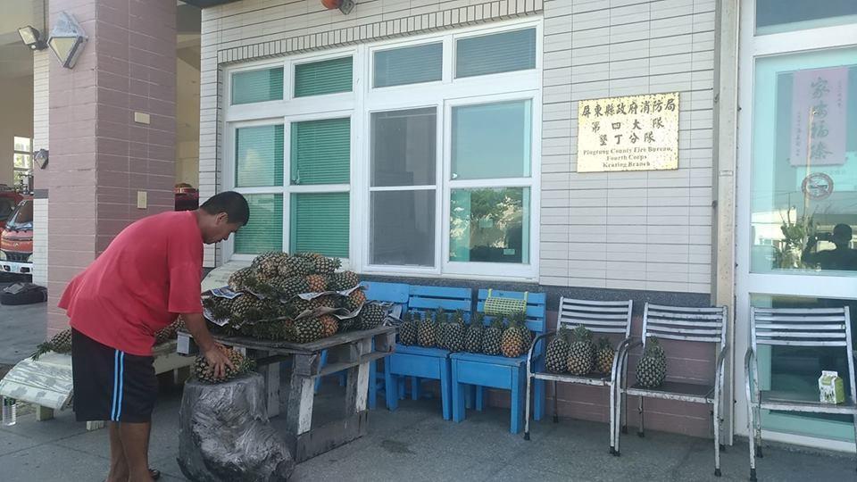 屏東消防局墾丁分隊門口,上午堆滿鳳梨。圖╱讀者提供