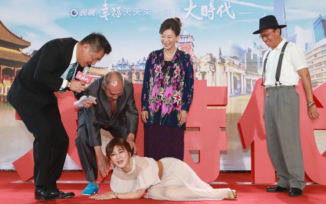 王彩樺演出新戲「大時代」,記者會上在台上跌倒。圖/民視提供