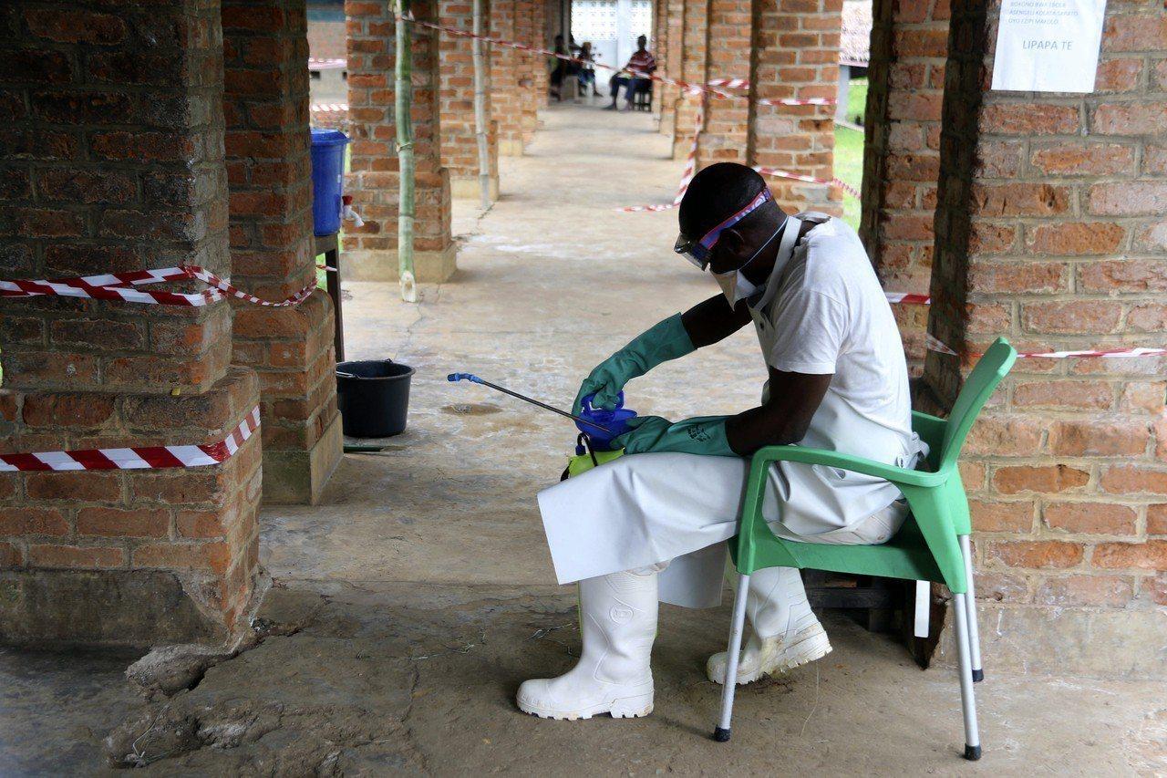 一名醫療人員在民主剛果比科羅鎮的一處治療中心穿戴防護裝備。(美聯社)