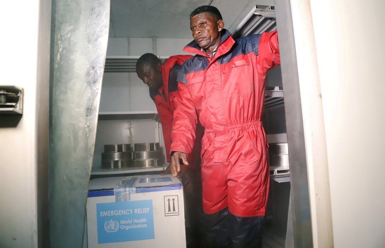 第一批伊波拉疫苗16日運抵民主剛果首都金夏沙,衛生部人員小心運送。(路透)
