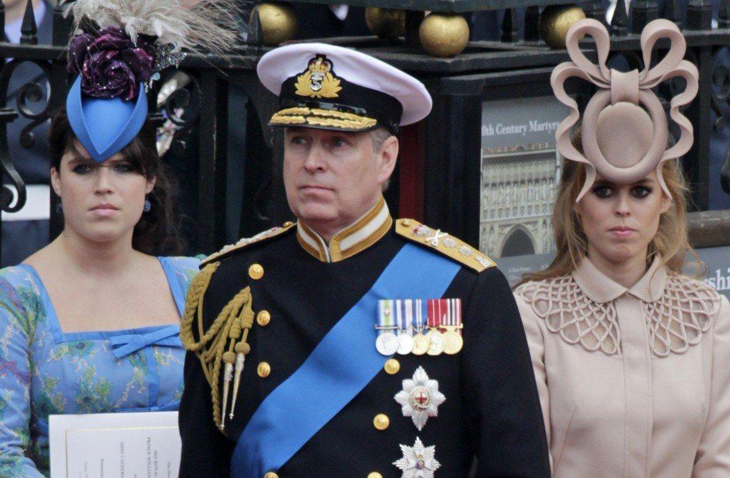 2011年威廉王子結婚時,碧翠絲公主(右)的帽子品味一度成為網友討論話題。(美聯...