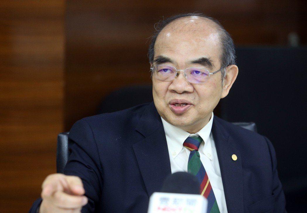教育部長吳茂昆主持第2次跨部會小組會議時,拍板以遴選過程有瑕疵為由來「拔管」。圖...