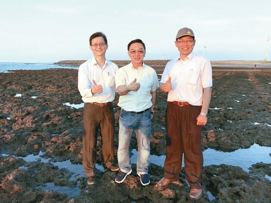 立委陳宜民(中)、環保署副署長詹順貴(左)等昨到大潭藻礁勘查。 記者許政榆/攝影