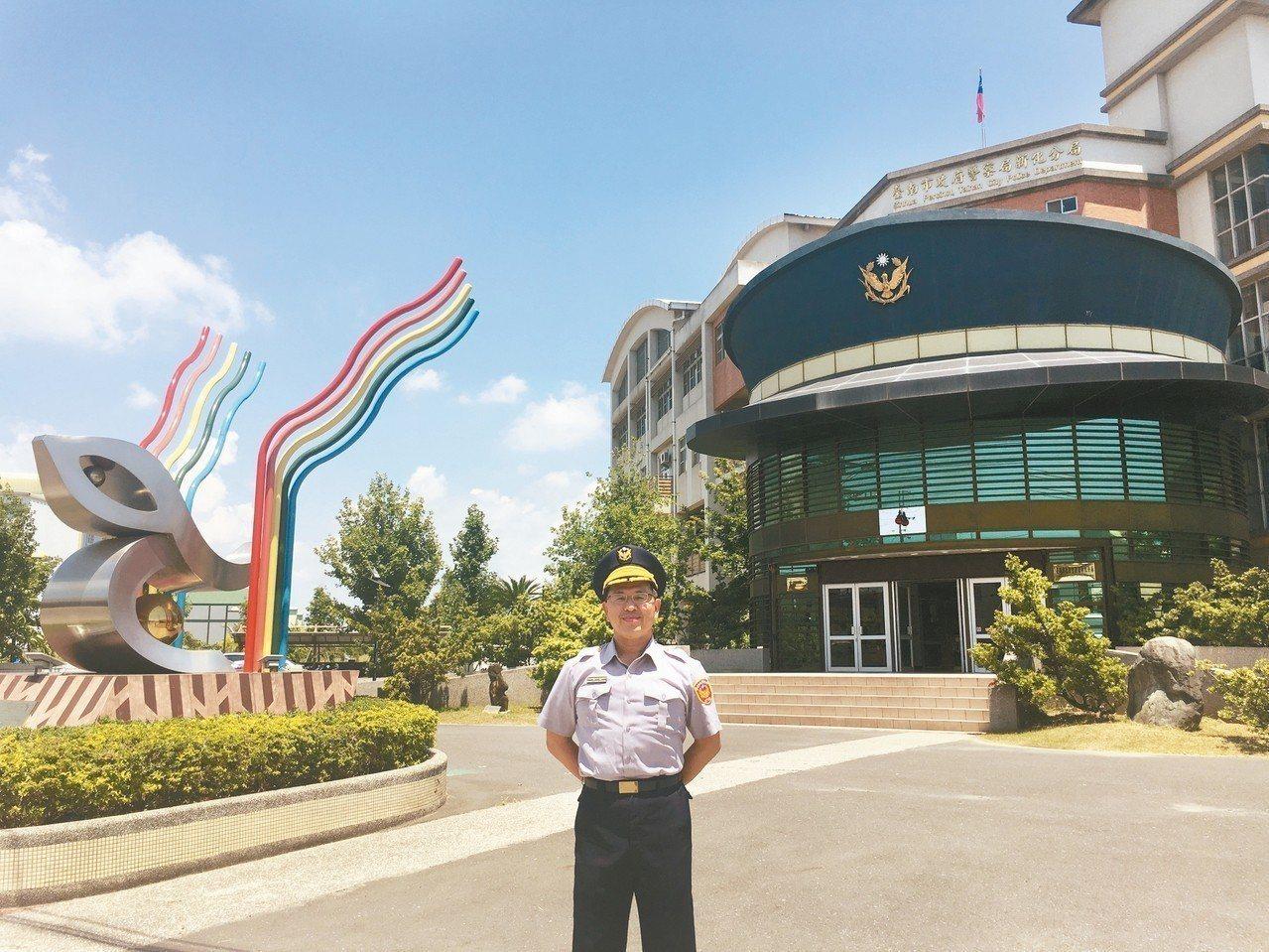 台南市新化警分局「警帽」造型,成了最吸客的打卡景點,最近重新粉刷煥然一新。 記者...