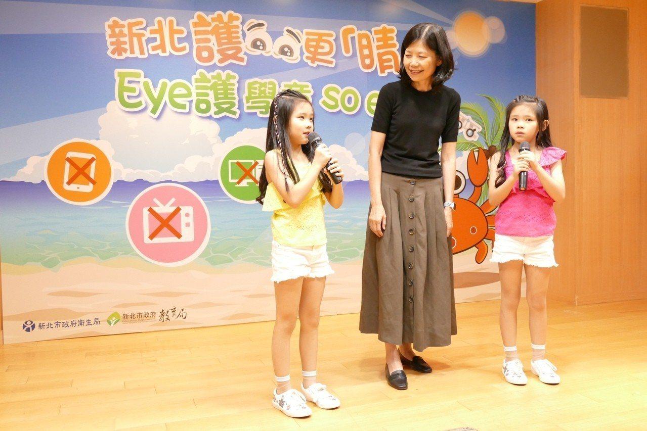 童星左左右右與副市長呂衛青(中)分享平時保護眼睛的秘訣。記者張曼蘋/攝影