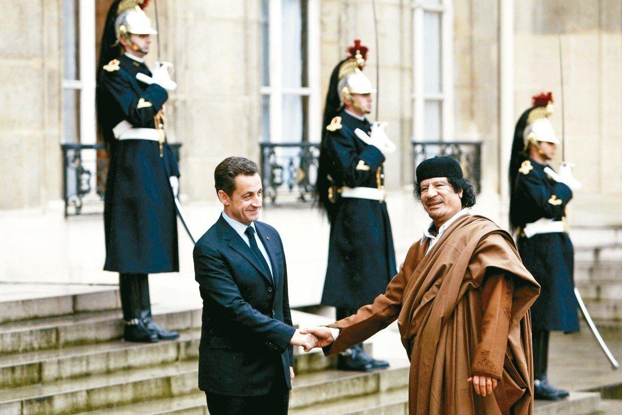 利比亞強人格達費(右)曾在二○○七年訪問巴黎,會見當時的法國總統沙克吉(左)。 ...