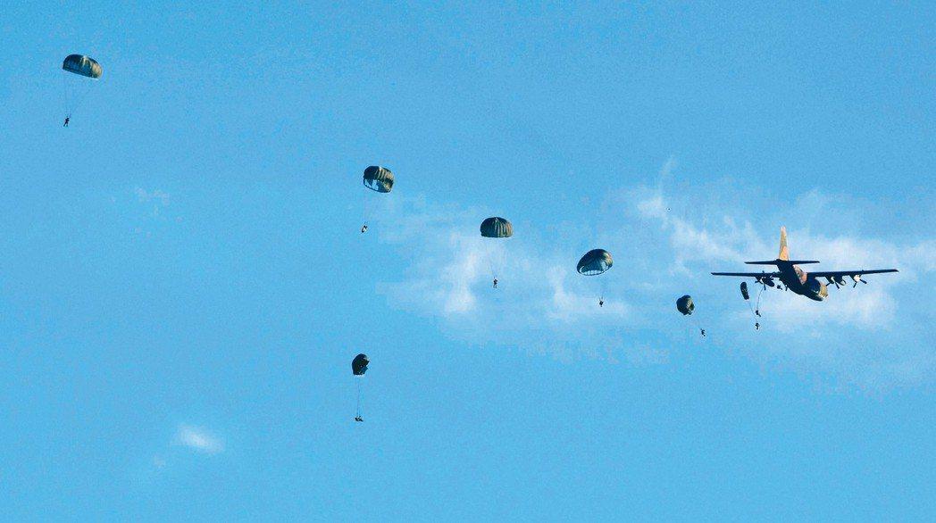 軍事迷scamprandy拍到昨天上午航特部傘兵秦良丰(中間下方)在清泉崗跳傘時...