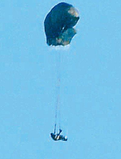 軍事迷scamprandy拍到昨天上午航特部傘兵秦良丰在清泉崗跳傘時的意外時畫面...