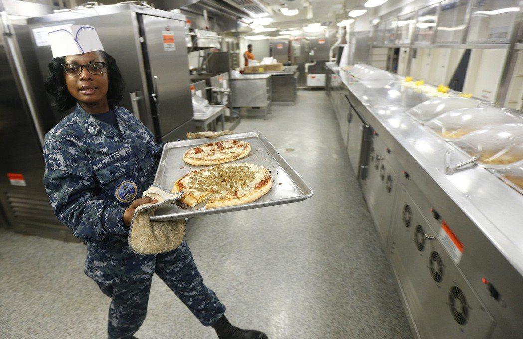 福特號的廚房。美聯社