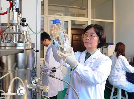 解放軍軍事醫學研究院研究所的科研人員正在開展微生物發酵實驗。圖/取自中國青年報