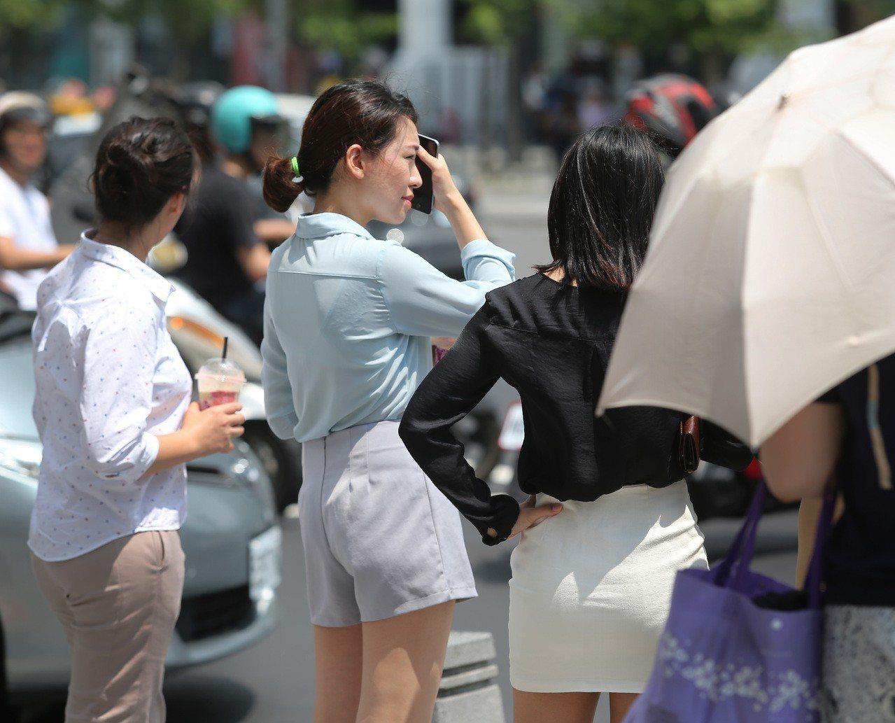 全台氣溫晴朗悶熱,台北昨天出現攝氏36度高溫,刷新今年紀錄。記者林澔一/攝影