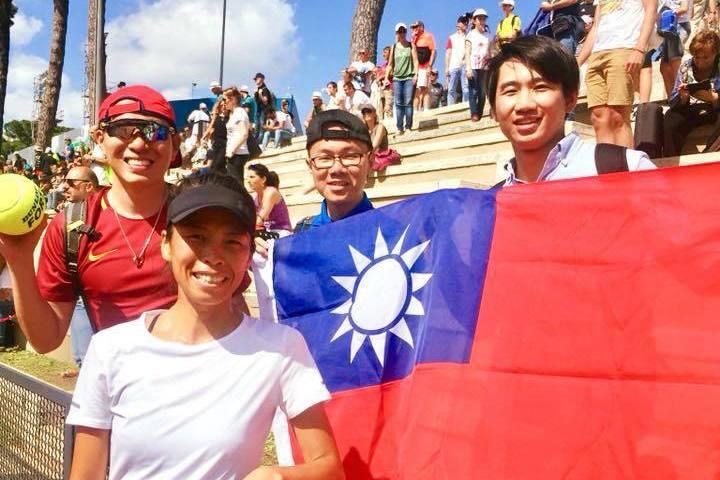謝淑薇前役女單止步後與場邊的台灣球迷合影。 截圖自謝淑薇官方粉絲團
