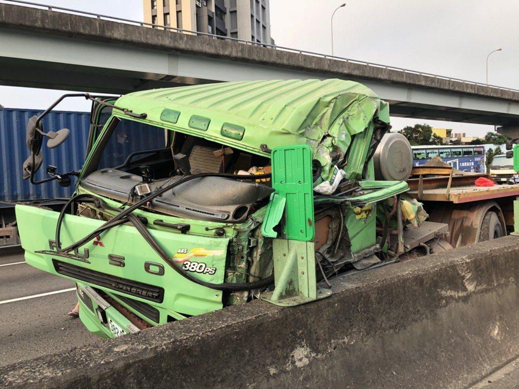 拖板車國道撞護欄 載怪手飛落對向車道造成南下大塞車。記者王長鼎/翻攝