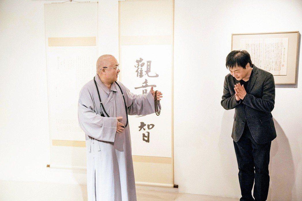 許悔之手墨展開幕時,法鼓山方丈果東法師(左)蒞臨致詞。(圖/林煜幃攝影)
