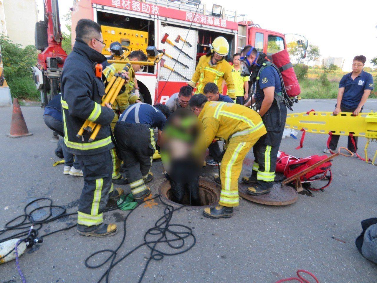 嘉義區監理站前汙水下水道有2名工人昏倒,消防局人車到達現場,用吊掛救出2人,但無...