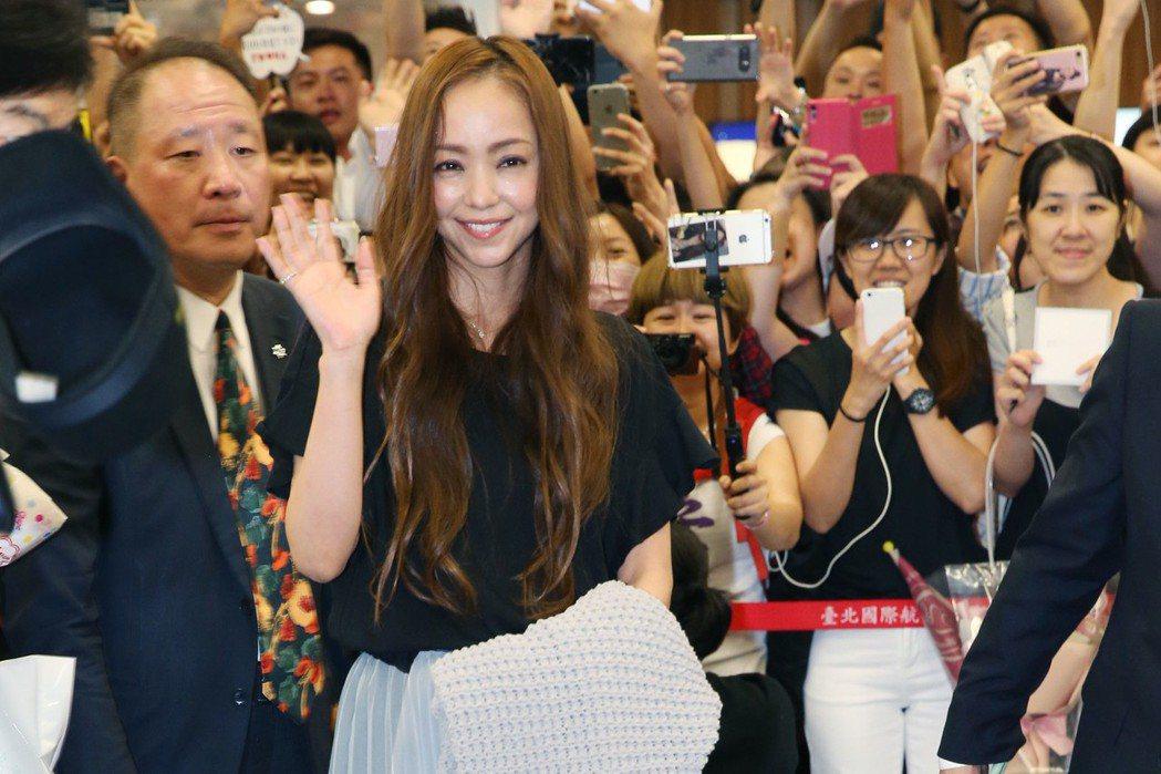 安室奈美惠昨天晚上由台北松山機場入境,大批媒體粉絲守候迎接。記者林俊良/攝影
