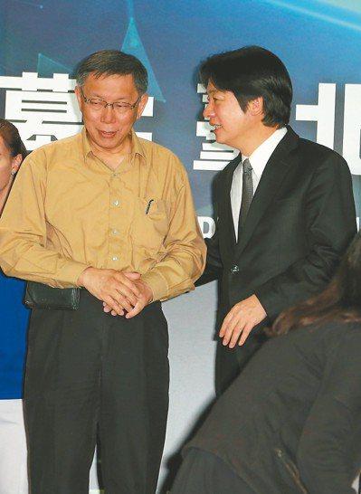 世大運紀錄片首播,市長柯文哲(左)在記者會頻頻拭淚,行政院長賴清德(右)還拍拍他...