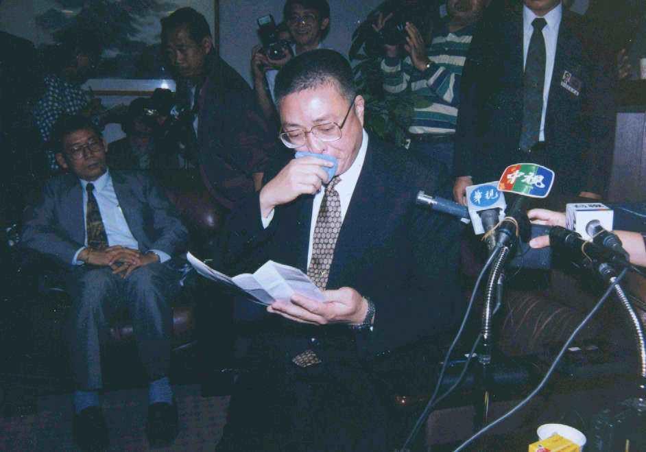 1993年高雄市長吳敦義含淚說明請辭而獲慰留過程。 圖/聯合報系資料照片